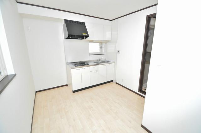 エストレヤ荒川 白を基調としたリビングはお部屋の中がとても明るいですよ。