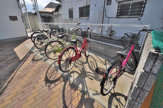 レオパレス菱屋西 駐輪場が敷地内にあります。愛車を安心して置いておけますね。