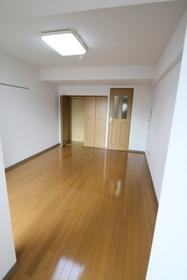 部屋の端から居室撮影。なかなか広いです。