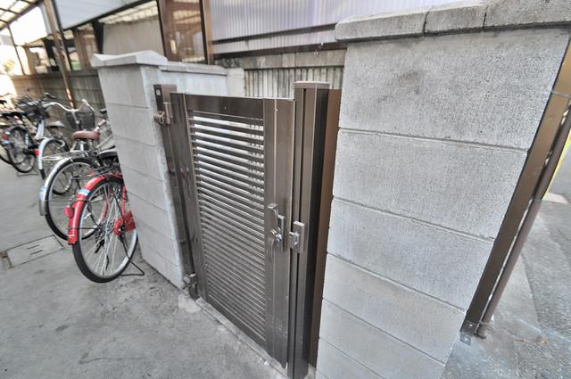 小若江スカイハイツ 朝が弱い方でも安心夜でも出せる嬉しい敷地内ゴミ置き場。