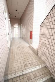 https://image.rentersnet.jp/484fe686-0fb3-4ab0-b79a-2a51b3f425e0_property_picture_2988_large.jpg_cap_エントランス