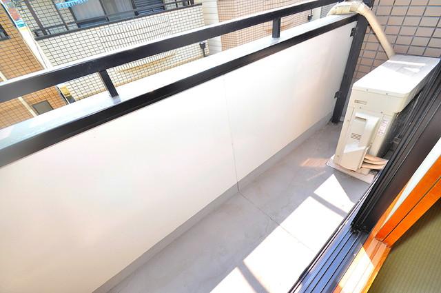長栄寺8-24 貸家 大きなバルコニーです。風通しも良いのですぐに乾きそうですね。