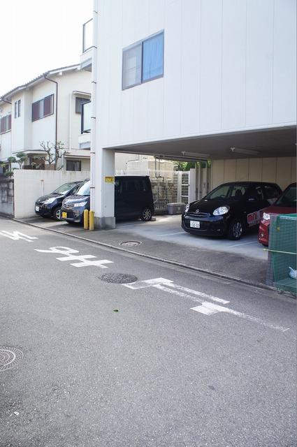 屋根付き駐車場もあります♪