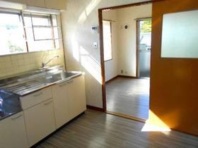 窓のあるキッチンと洋室