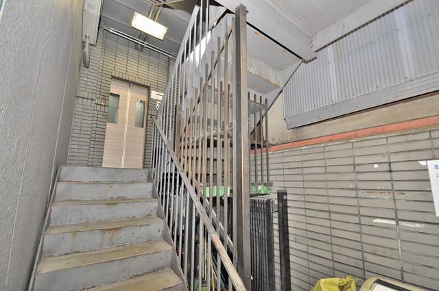 エルドムス陽光一番館 この階段を登った先にあなたの新生活が待っていますよ。