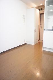 https://image.rentersnet.jp/491c426492595aa97cd98cdd70a68b40_property_picture_961_large.jpg_cap_照明つきの洋室です