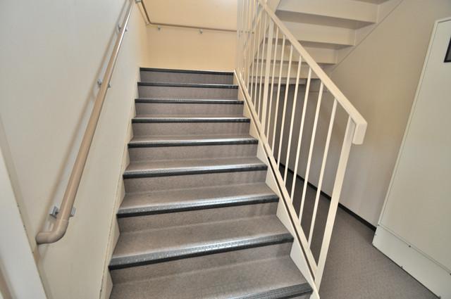 ベルビア八戸ノ里 2階に伸びていく階段。この建物にはなくてはならないものです。