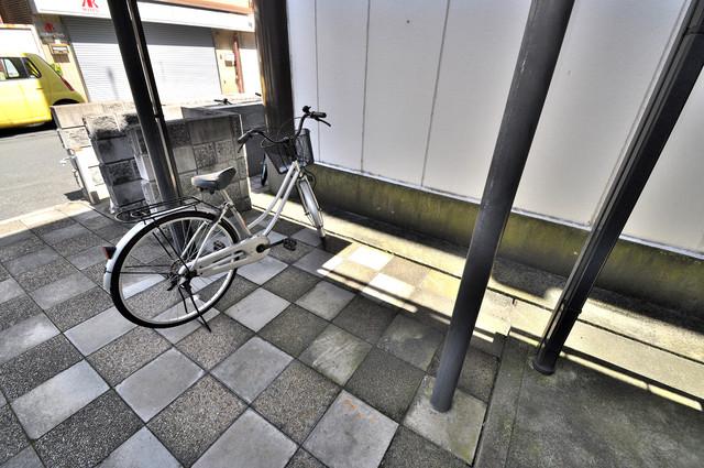 ブリエール布施A棟 敷地内にある専用の駐輪場。雨の日にはうれしい屋根つきです。