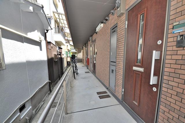 Calm Maison(カーム メゾン) 玄関まで伸びる廊下がきれいに片づけられています。