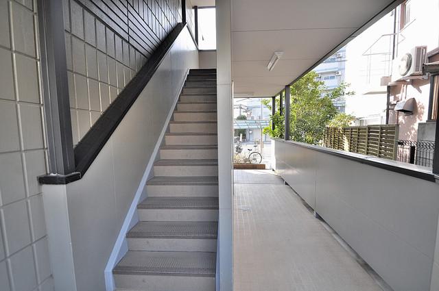 エムズコンフォート この階段を登った先にあなたの新生活が待っていますよ。