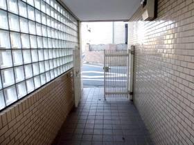 住戸共用廊下までのアプローチ部分