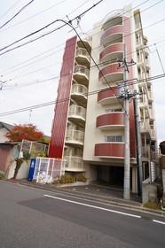 8階建て賃貸マンション。2001年築。南向き。