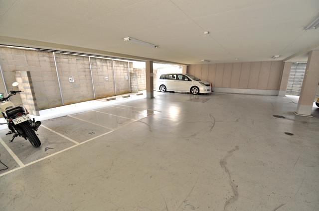 ロンモンターニュ小阪 敷地内にある駐車場。愛車が目の届く所に置けると安心ですよね。