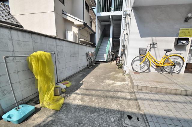 八戸ノ里グリーンハイツ エントランス周辺はいつもキレイに片付けられています。