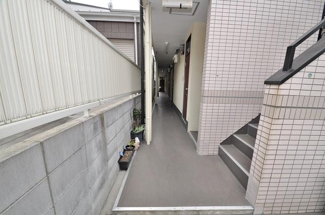 ピースハイツ永和 玄関まで伸びる廊下がきれいに片づけられています。