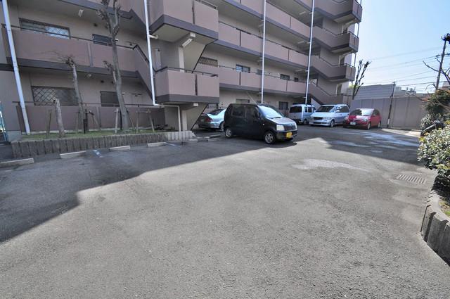グリーンパーク加美 敷地内にある駐車場。愛車が目の届く所に置けると安心ですよね。
