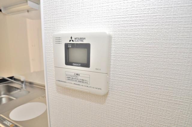 ヴェルドミール小阪 給湯リモコン付。温度調整は指1本、いつでもお好みの温度です。