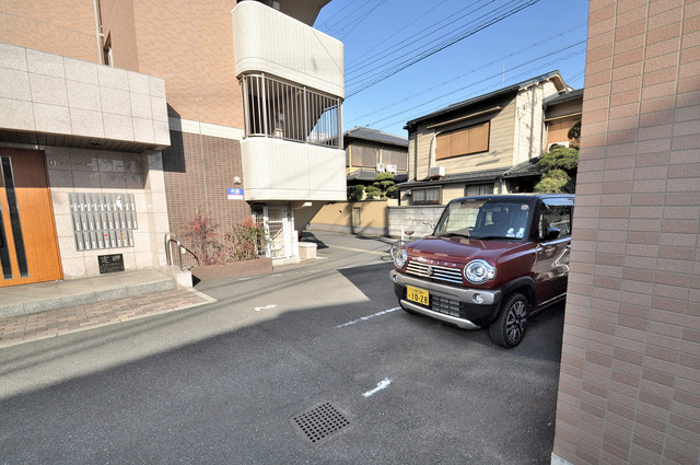 リバーサイド金岡六番館 敷地内にある駐車場。愛車が目の届く所に置けると安心ですよね。