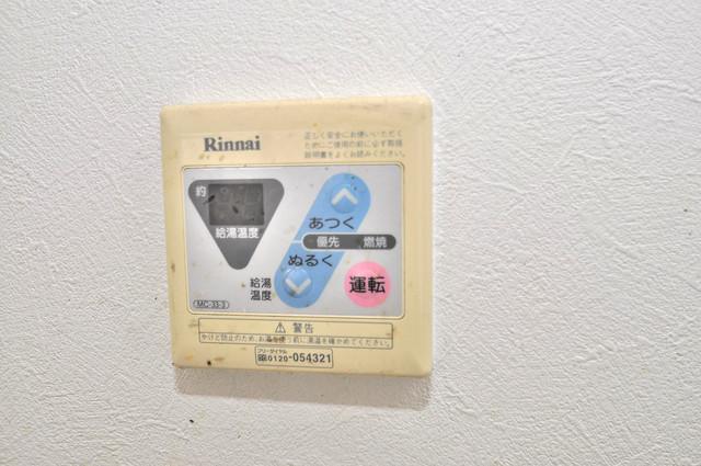 メルヘン新今里 給湯リモコン付。温度調整は指1本、いつでもお好みの温度です。