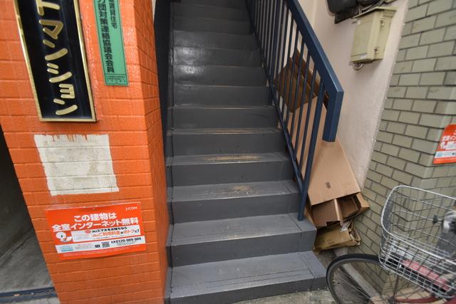 第一ホワイトマンション この階段を登った先にあなたの新生活が待っていますよ。