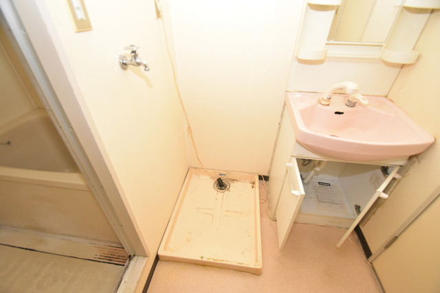 七福興産ビル 嬉しい室内洗濯機置場は脱衣場も兼ねています。