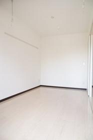 床はホワイトの洋室5.1帖