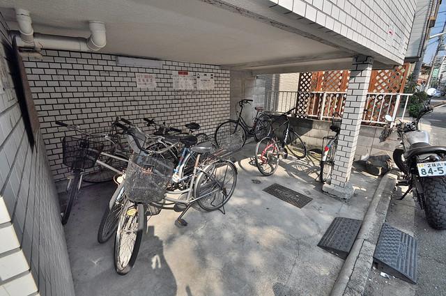 ベルハイム上小阪 敷地内にある専用の駐輪場。雨の日にはうれしい屋根つきです。