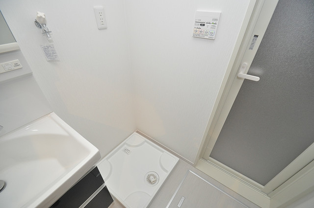 メゾンサンヴァレー 洗濯機置場が室内にあると本当に助かりますよね。