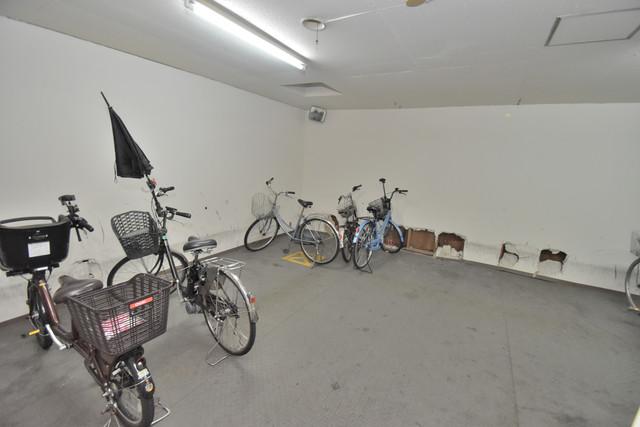 ロイヤルハイツ深江南 屋内にある駐輪場は大切な自転車を雨から守ってくれます。
