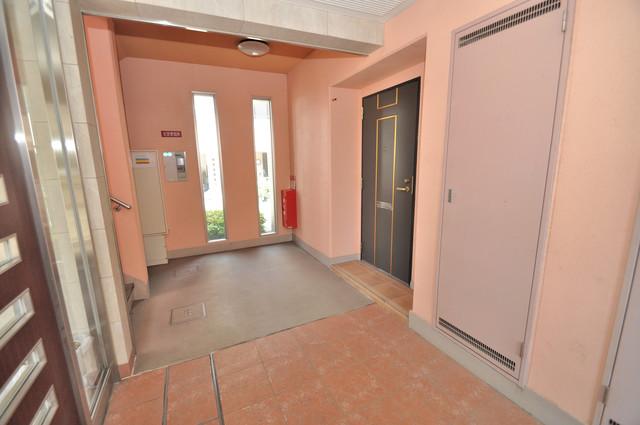 セレンディピティO・V 玄関まで伸びる廊下がきれいに片づけられています。
