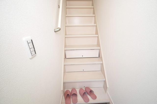 プリッ2 長瀬町  2階に伸びていく階段。この建物にはなくてはならないものです。