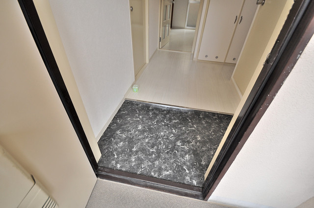 メゾンイサム お部屋の入口には何も置かず、シンプルが一番ですね。