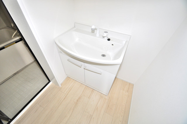 第2シャトー新町 シンプルな洗面所には窓があるので、とても明るいですよ。