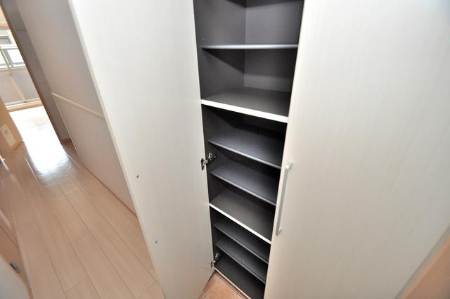 巽北ロイヤルマンション 玄関には大容量のシューズボックスがありますよ。