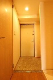 https://image.rentersnet.jp/513a1071-dff8-4ea2-8159-9a111a934884_property_picture_1992_large.jpg_cap_玄関
