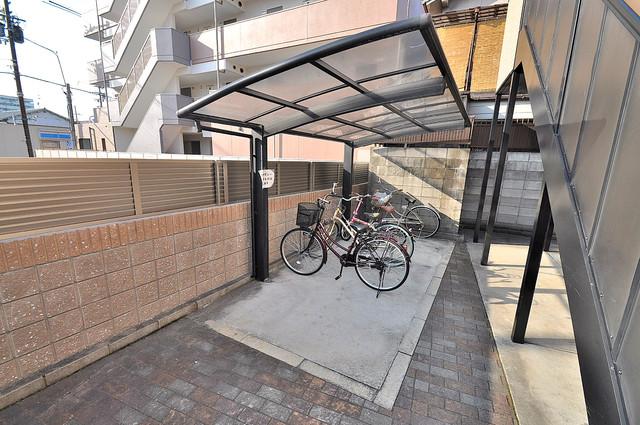 プラサート小阪 屋内にある駐輪場は大切な自転車を雨から守ってくれます。