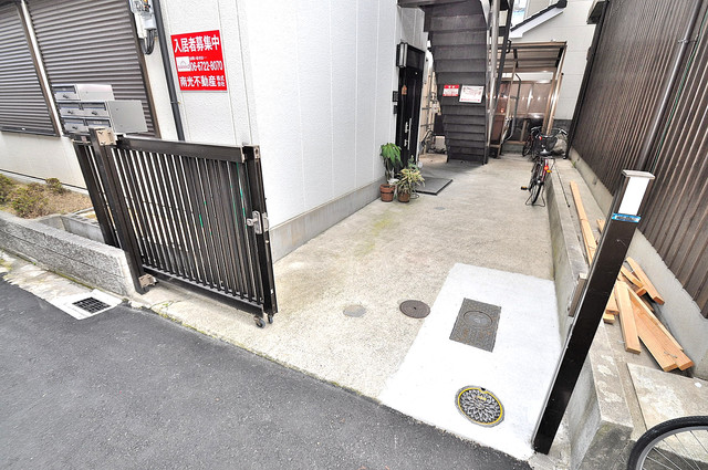 メゾン藤阪 玄関前の共有部分。周辺はいつもキレイに片付けられています。