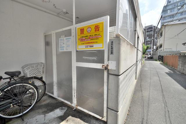 東大阪レジデンス 敷地内に有り、時間を気にせず出せるごみ置き場。