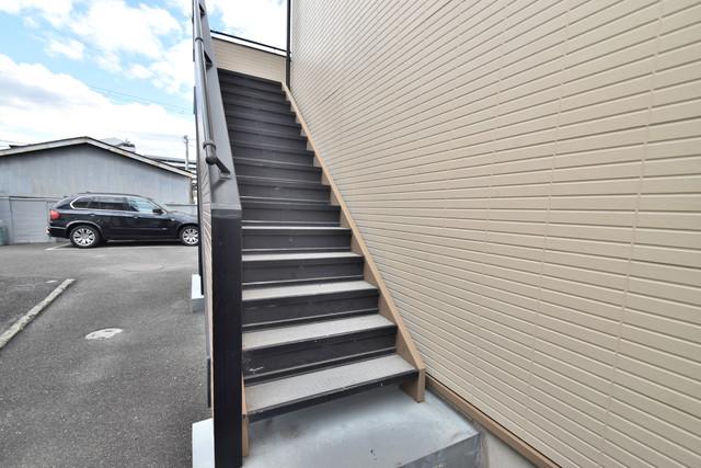 エステートピアナカタD棟 2階に伸びていく階段。この建物にはなくてはならないものです。