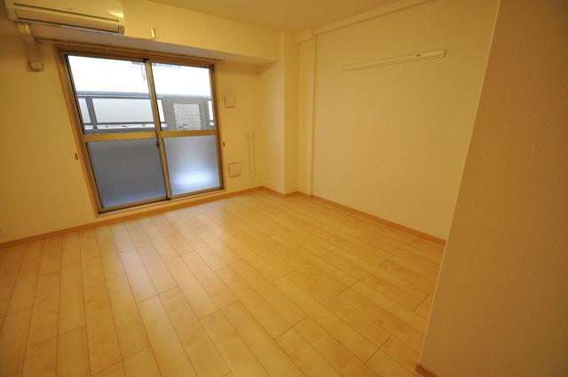 ディオーネ・ジエータ・長堂 白を基調としたリビングはお部屋の中がとても明るいですよ。