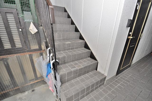 マイプラザ田島 2階に伸びていく階段。この建物にはなくてはならないものです。