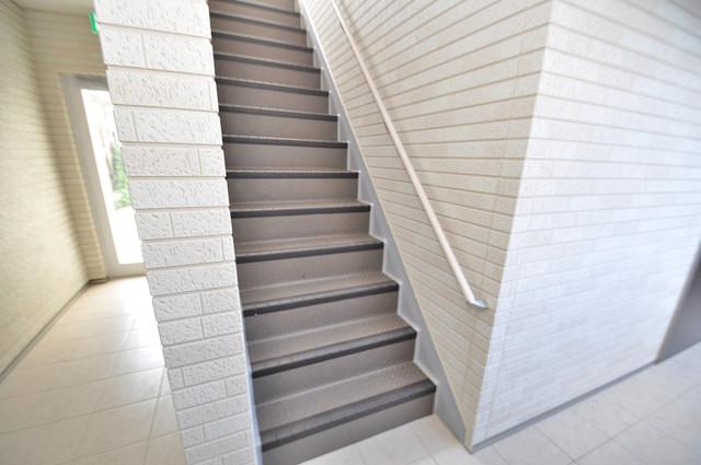 ノイヴェル小若江 2階に伸びていく階段。この建物にはなくてはならないものです。