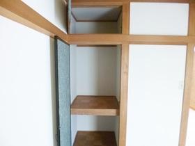 和室のお部屋で上部、下部に収納があります☆