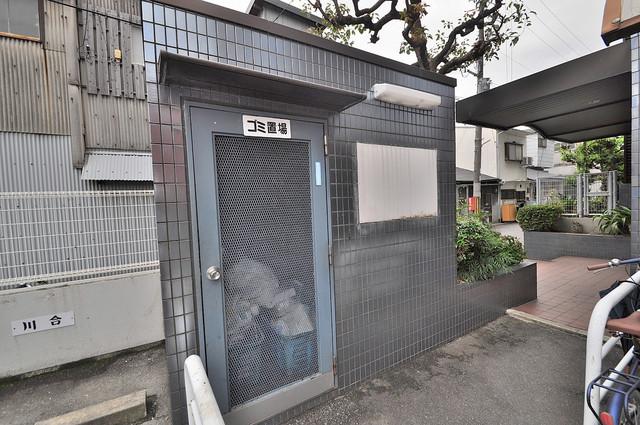 高井田青山ビル 敷地内に有り、時間を気にせず出せるごみ置き場。