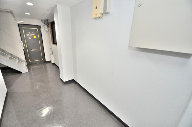 ピア小阪 玄関まで伸びる廊下がきれいに片づけられています。