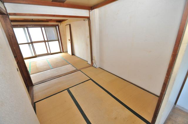 八戸ノ里KS 出窓があるリビングはとても明るく、開放感があります。