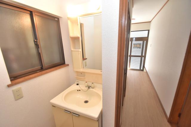 柏田東町2-37貸家 忙しい朝にあなたを手助けしてくれる素敵な洗面台。