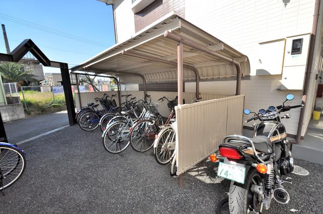 エステートピアナカタA棟 敷地内にある専用の駐輪場。雨の日にはうれしい屋根つきです。