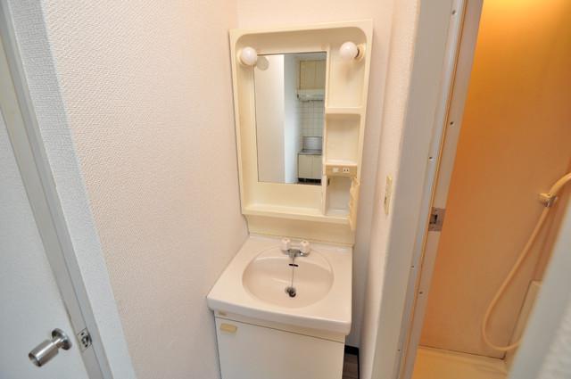 すみれプラザ長堂 シンプルな洗面所は脱衣場も兼ねています。