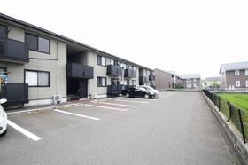 https://image.rentersnet.jp/56ca7baa-1458-42d1-9f57-6f65791c0e85_property_picture_9494_large.jpg_cap_建物正面駐車場
